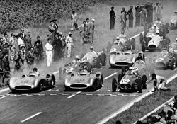 Großer Preis von Frankreich in Reims, 4. Juli 1954: Im Mercedes-Benz W 196 R Stromlinienwagen der spätere Sieger Juan Manuel Fangio (Startnummer 18), daneben Karl Kling (Startnummer 20), dahinter Hans Herrmann (Startnummer 22).
