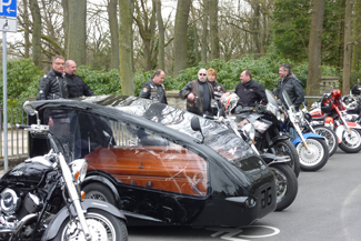 Biker können sich mit dem geliebten Gefährt zur letzten Ruhe fahren lassen. (Fotograf: Bestattung Furtner