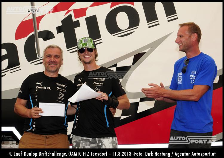 Guido Gluschitsch übergibt die Mazda-Trophy an Vater & Sohn Denk - Foto: Dirk Hartung/Agentur Autosport.at