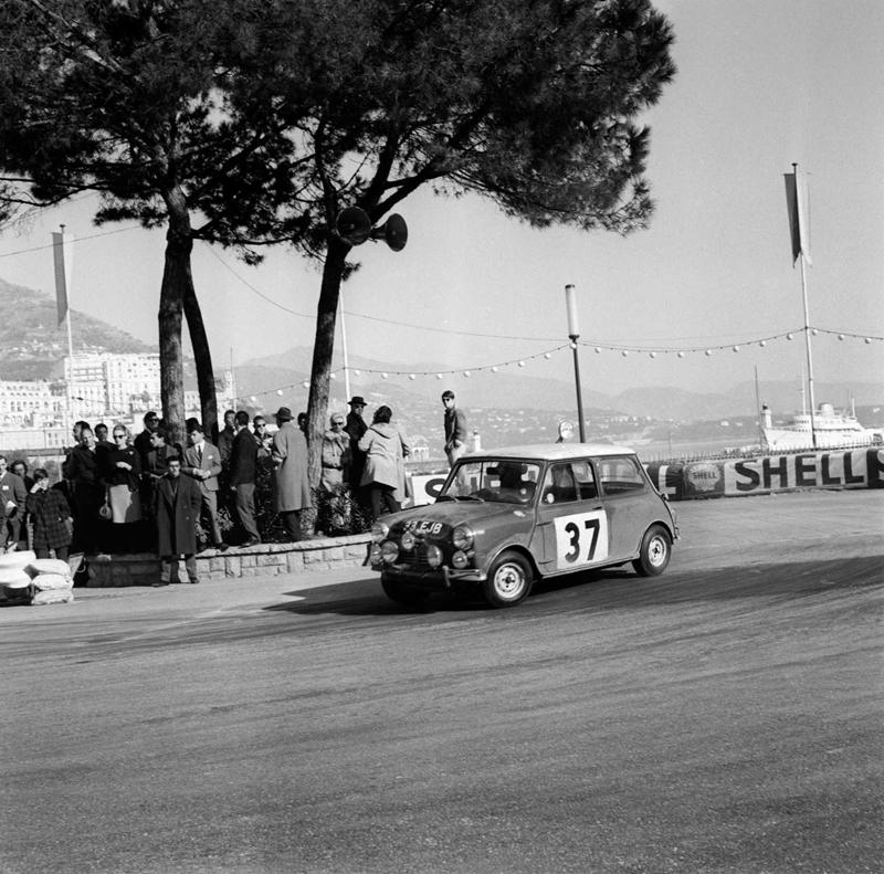 Paddy Hopkirk/Henry Liddon im Mini Cooper bei der Rallye Monte Carlo 1964 - Foto: BMW Group
