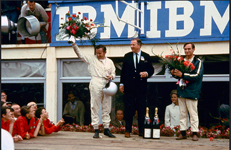 Bruce McLaren, Henry Ford II & Chris Amon 1966 auf dem Podium in Le Mans<br>Foto: Ford Chip Ganassi Racing